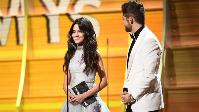 Camila Cabello sendiri muncul pertama kali di publik terlepas dari Fifth Harmony pada acara Grammy Awards di Staples Center pada 12 Februari 2017, sebulan setelah mantan rekan segrupnya muncul di muka publik.(Kevork Djansezian/Getty Images/AFP)