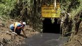 Ecep (43), aktivis lingkungan mengambil air yang tercemar limbah di salah satu lubang pembuangan limbah di Desa Suka Maju, Majalaya, Bandung, Jawa Barat. (Anadolu Agency/Eko Siswono)