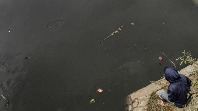 Limbah di Sungai Cikijing, Citarik tersebut merupakan limbah tekstil yang berasal dari industri di wilayah Rancaekek, Bandung, Jawa Barat, Indonesia. (Anadolu Agency/Eko Siswono)