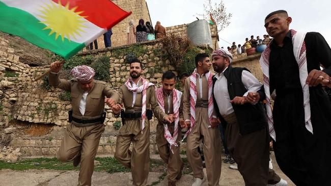 Bagi suku Kurdi di Iraq, momen masuk musim semi adalah momen leluhur mereka, kaum Majusi penganut Zoroastrianisme merayakan tahun baru yang bernama Noruz. (AFP PHOTO / SAFIN HAMED)