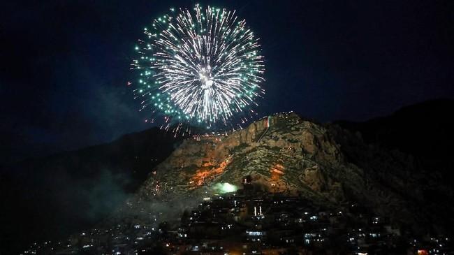 Namun seperti pada perayaan tahun baru Masehi, perayaan Noruz juga dimeriahkan oleh kembang api. (AFP PHOTO / SAFIN HAMED)