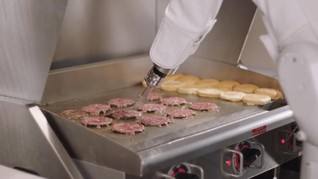 Robot Pembalik Burger 'Dipecat' di Hari Pertama Bekerja