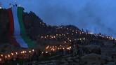 Sebagian masyarakat merayakan Noruz dengan berjalan menelusuri gunung membawa obor di tengah kegelapan malam.(REUTERS/Ari Jalal)