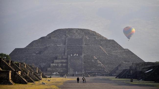 Kawasan Teotihuacan yang merupakan peninggalan Suku Aztec di Meksiko bukan hanya memiliki Piramida Matahari, namun juga Piramida Bulan.(AFP PHOTO / Pedro PARDO)