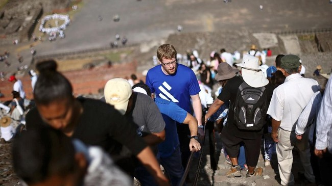 Momen permulaan musim semi atau spring equinox menarik berbagai orang untuk memanjat piramida kuno tersebut. (REUTERS/Edgard Garrido)