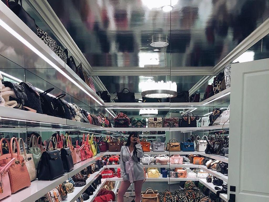 Intip Lemari Kylie Jenner, Isinya Sepatu dan Tas Miliaran Rupiah
