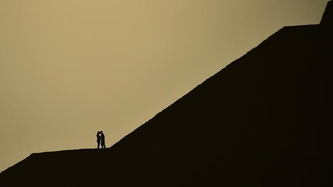 Masyarakat masih mendatangi piramida ini karena mengikuti tradisi, dan sebagian lainnya percaya ketika seseorang berdiri di atas piramida saat ekuinoks, maka gerbang energi akan terbuka.(AFP PHOTO / Pedro PARDO)