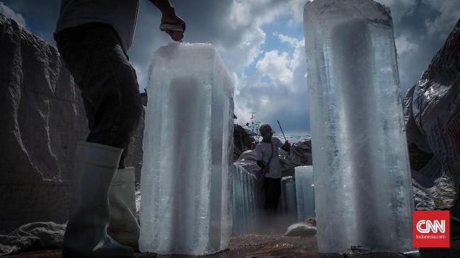 Buruh pengangkut es batu di Pasar Khlong Toei Bangkok menjadi obyek yang menggunakan teknis leading lines pada fotografi jalanan. Cuaca terik dan objek es batu memberi kesan kontradiksi.