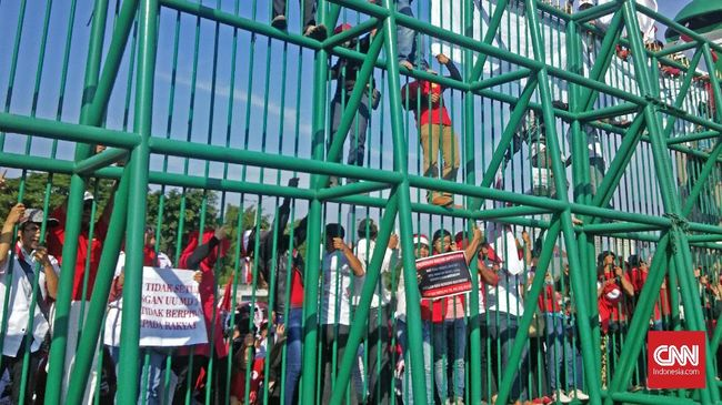 Tolak UU MD3, Pedemo Lempar Tomat ke Gedung DPR