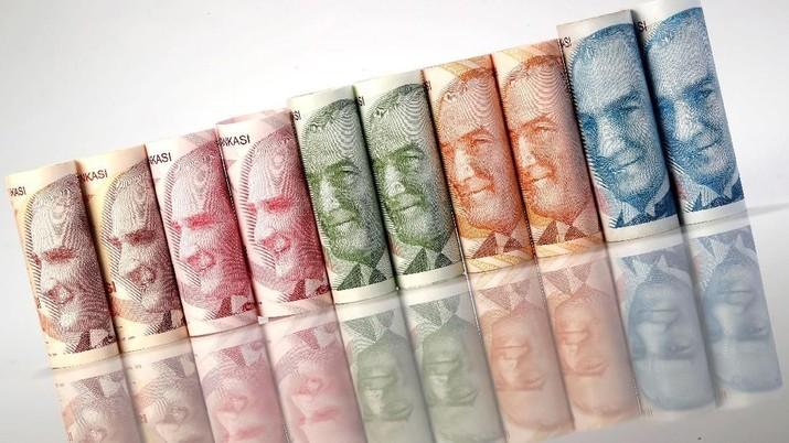 Mata uang Turki, lira, menyentuh rekor terendah baru pada sesi awal perdagangan hari Senin setelah jatuh bebas pada perdagangan hari Jumat pekan lalu.