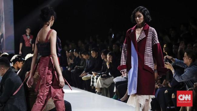 Masing-masing desain menonjolkan bagian collar bone untuk koleksi khusus wanita, sedangkan khusus pria bermain pada busana formal. (CNNIndonesia/Safir Makki)