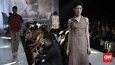 Bertajuk 'Kisah', koleksi label yang digawangi Biyan Wanaatmadja itu menyuguhkan sekitar 48 looks yang memadukan gaya dressy dan layering, dengan bermain di ragam motif seperti bunga dan diagonal. (CNNIndonesia/Safir Makki)