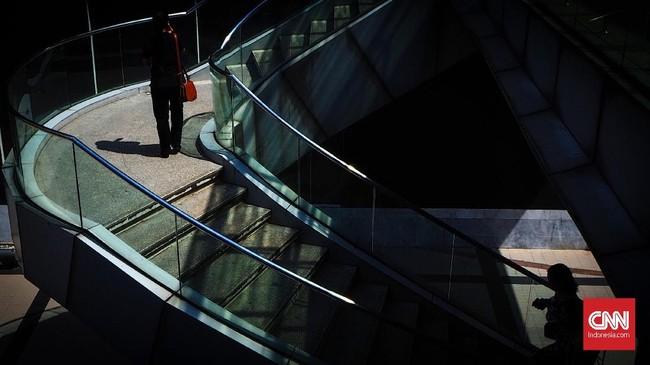 Pejalan kaki melewati anak tangga di kawasan Siam Square Bangkok. Cahaya gelap terang membuat foto lebih berkarakter ditambah komposisi tangga yang melingkar. Tunggulah lalu orang berjalan dan momen yang pas menekan rana kamera.