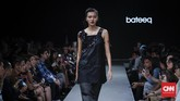 Untuk koleksi ini, Bateeq menggunakan teknik potong laser cut-out untuk memberi efek shadow. Di samping itu, beberapa busana menggunakan tiga jenis jacquard yang dibuat dari wool cupro, katun dan polyester, selain materi katun jersey, denim, twill, organza polyester, dan wool tweed. (CNNIndonesia/Safir Makki)