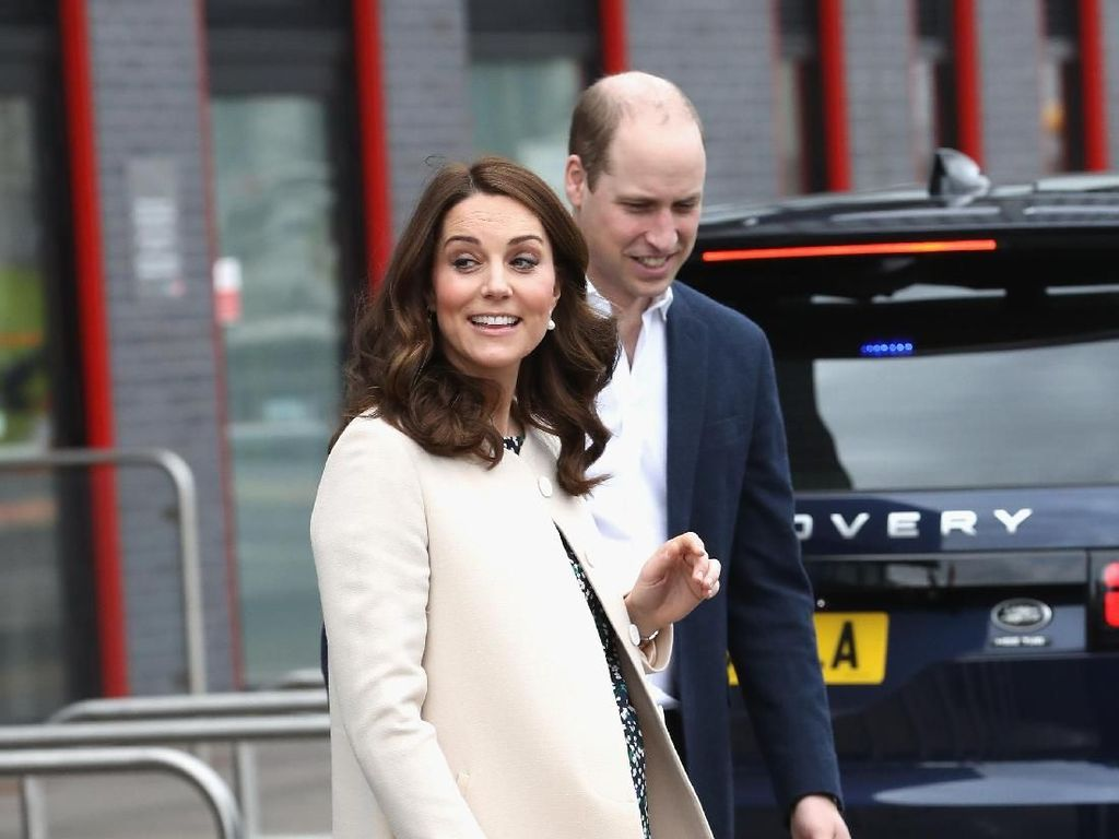 Hamil 8 Bulan, Kate Middleton Tampil Chic Berbalut Skinny Jeans