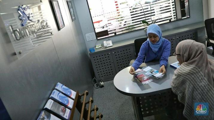 Nasabah melakukan konsultasi asuransi di Kantor Asuransi Jiwa Bersama Bumiputera (AJBB), Wisma Bumiputera, Jakarta, Jumat (23/2/2018). Otoritas Jasa Keuangan (OJK) telah memberikan izin kepada Asuransi Jiwa Bersama Bumiputera 1912 (AJBB) untuk memasarkan kembali produk asuransinya setelah pihak Asuransi Jiwa Bersama Bumiputera 1912 (AJBB) telah melunaskan pembayaran premi kepada nasabahnya yang sebesar Rp 436 miliar.
