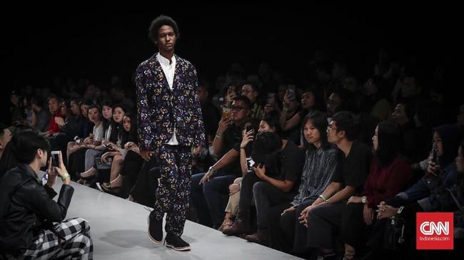 Salah satu potongan busana pria yang cukup mencolok yakni adanya jaket dan celana dengan motif warna senada, sementara di dalamnya dipadu kemeja warna putih. (CNNIndonesia/Safir Makki)