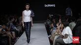 Terinspirasi dari pertunjukan tradisional Wayang Kulit, Bateeq bermain-main dengan warna terang dan gelap untuk koleksi terbarunya Fall Winter 2018/2019. Aneka motif batik, sulaman dan permainan tekstur ditampilkan pada Plaza Indonesia Fashion Week 2018 di Jakarta, Kamis (22/3). (CNNIndonesia/Safir Makki)