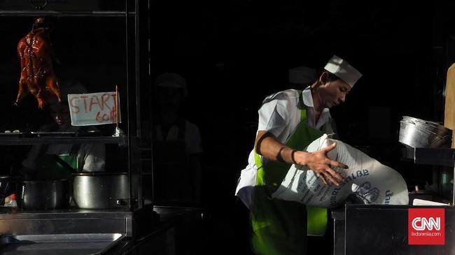 Koki menyiapkan bahan masakan di kawasan Yaowarat Pecinan Bangkok. Aktifitas pedagang dengan berbagai gestur menarik untuk direkam, pilihlah obyek yang kuat, pencahayaan yang pas dan elemen tambahan untuk memperkuat foto.