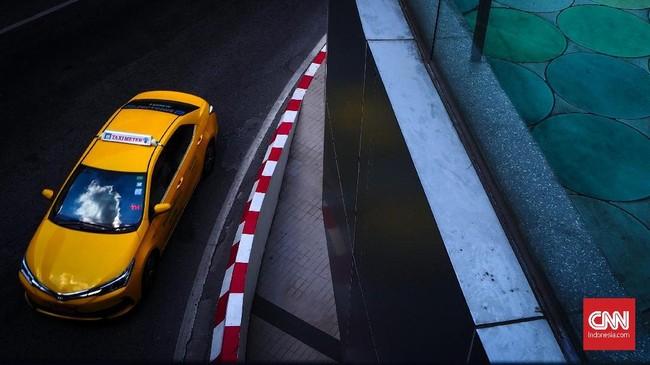 Taksi menunggu penumpang di kawasan Siam Square Bangkok. Kawasan Siam memberikan banyak pilihan garis komposisi dan warna untuk fotografi jalanan. Waktu terbaik untuk mendapatkan foto jalanan di kawasan ini pada pagi dan sore hari