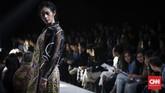 Usai tampil di pekan mode Amazon Fashion Week Tokyo pekan lalu, label (X) S M L mengusung koleksi busana terbarunya pada pagelaran Plaza Indonesia Fashion Week Spring Summer 2018 di Jakarta, Kamis (22/3). (CNNIndonesia/Safir Makki)