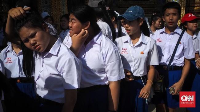 Grand Palace merupakan destinasi wisata di Bangkok yang selalu ramai dikunjungi pelancong. Tak harus selalu memotret keindahan bangunan Grand Palace. Gerak gerik, tingkah pola dan gestur pelancong bisa menjadi obyek fotografi jalanan.
