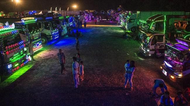 Tradisi mengecat truk sendiri bukan eksklusif milik para pengemudi di Thailand. Di Asia Tenggara, para pemilik kendaraan besar memang senang mempermak truk. (AFP PHOTO / LILLIAN SUWANRUMPHA)