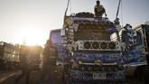 Para pengemudi truk sendiri seringkali dipandang miring oleh masyarakat Thailand, dan dikait-kaitkan dengan narkoba. Mengubah tampilan truk membuat citra mereka juga terkatrol. (AFP PHOTO / LILLIAN SUWANRUMPHA)