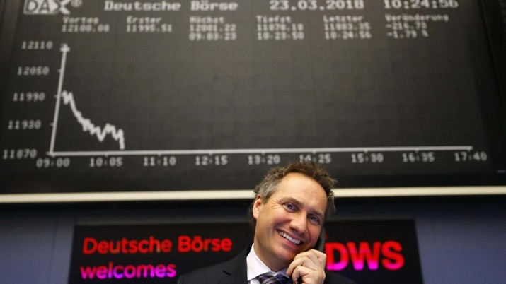 Seorang pedagang saham bereaksi di bursa saham di Frankfurt, Jerman, 23 Maret 2018. REUTERS / Kai Pfaffenbach