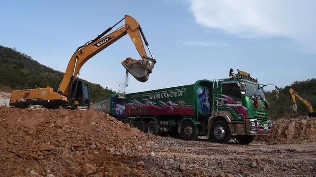 Kehadiran truk-truk besar di Thailand sendiri menjadi kewajaran mengingat negara itu adalah penghubung antara Myanmar dan Laos, serta Kamboja dan Malaysia. (AFP PHOTO / LILLIAN SUWANRUMPHA)