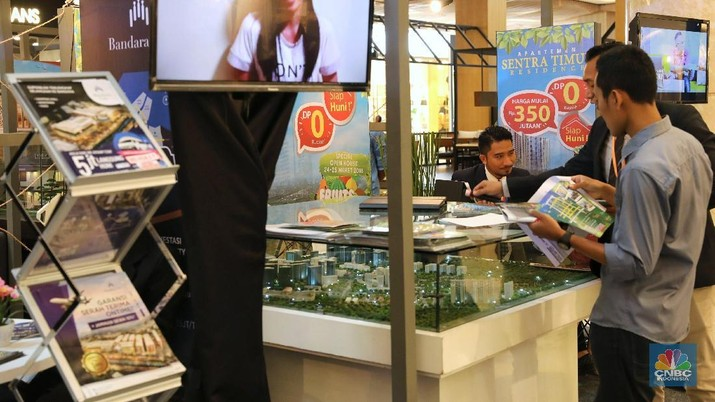 Para agen penjual rumah tengah menawarkan rumah tinggal pada pameran Properti di sebuah Mall kawasan Jakarta, Sabtu (24/3/2018). Ketua Umum DPP REI Soelaeman Soemawinata mengatakan, pada tahun 2018 pihaknya menargetkan bisa membangun 236.261 unit rumah Masyarakat Berpenghasilan Rendah (MBR).