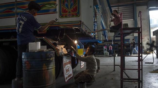 Para pengemudi tak segan untuk merogoh kantong hingga US$1600 untuk mendandani truk mereka pada tangan-tangan seniman berbakat. Mereka pun sering memamerkan hasil permak truk di media sosial. (AFP PHOTO / LILLIAN SUWANRUMPHA)