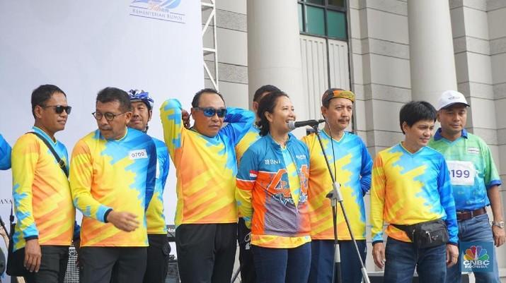 Menteri Badan Usaha Milik Negara (BUMN) Rini Soemarno tampak santai sambil bersendau gurau usai berolahraga dan bersepeda bersama