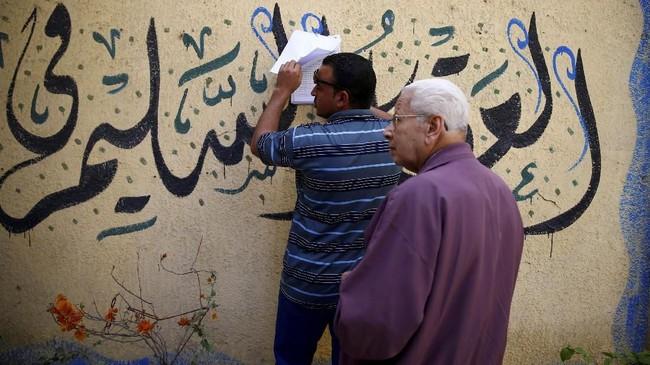 Pemilihan presiden diwarnai aksi ledakan bom di Alexandria, sehari sebelum pencoblosan.Pemilihan presiden diwarnai aksi ledakan bom di Alexandria, sehari sebelum pencoblosan. (REUTERS/Amr Abdallah Dalsh)