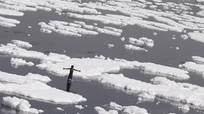 Mereka juga menari-nari tanpa peduli bahwa sungainya berpolusi. (REUTERS/Adnan Abidi)