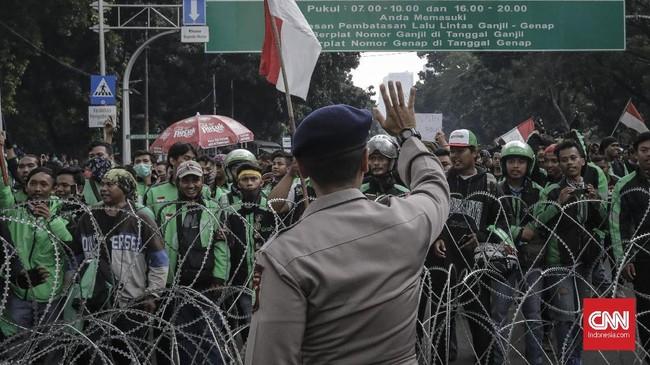 Dalam aksi itu merekamenuntut pemerintah untuk mengeluarkan regulasi yang mengatur layanan sepeda motor sebagai alat transportasi umum untuk ojek.(CNNIndonesia/Adhi Wicaksono)