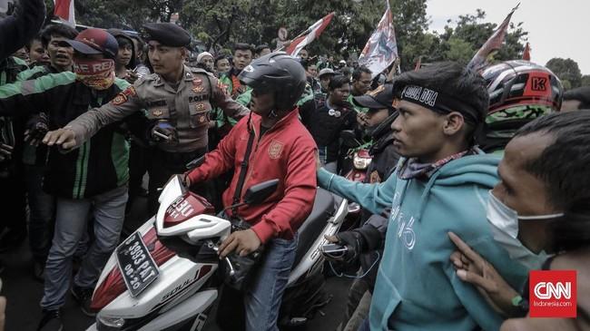 Beruntung petugas sigap dan mengamankan pengemudi tersebut sehingga terhindar dari aksi main hakim sendiri para pengemudi ojek online. (CNN Indonesia/Adhi Wicaksono)