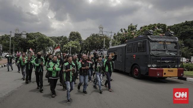 Para pengemudi menilai tak adanya aturan membuat posisi mereka lemah di mata hukum ketika berhadapan dengan perusahaan aplikasi seperti Gojek, Grab, dan Uber. (CNNIndonesia/Adhi Wicaksono)