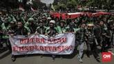 Aksi diawali dari Lapangan IRTI Monas dan konvoi di seberang Istana Merdeka. Di sana mereka menyuarakan tuntutan pada pemerintah. (CNNIndonesia/Adhi Wicaksono)