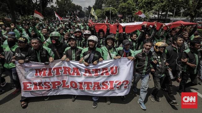 Gelar Demo, Netizen Keluhkan 'Hujan, Becek, Tak Ada Ojek'