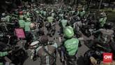 Sekitar 1.000 pengemudi ojek online yang tergabung dalamGabungan Aksi Roda Dua (Garda)menggelaraksi unjuk rasa di Jakarta, Selasa (27/3). Mereka mendesak pemerintah turun tangan terkait nasib mereka. (CNNIndonesia/Adhi Wicaksono)