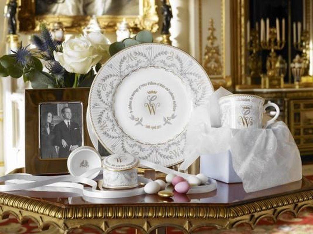 Intip Suvenir Pernikahan Pangeran Harry dan Meghan Markle Berlapis Emas