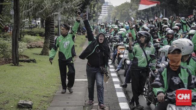 Para pengemudi merasa tak memiliki daya tawar terhadap pengaturan tarif dan bonus karena ditentukan sepihak oleh perusahaan. (CNNIndonesia/Adhi Wicaksono)