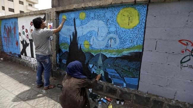 Jenuh dengan konflik saudara yang terjadi bertahun-tahun di Yaman, masyarakatnya mulai ikut gerakan Open Day of Art yang berkembang di kota Sanaa.(AFP PHOTO / Mohammed HUWAIS)