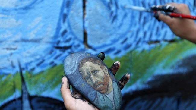 Open Day of Art menggerakkan masyarakat untuk membuat mural di dinding-dinding bisu di kota di Yaman. Masyarakat pun mengungkapkan kegelisahan dan harapan mereka atas perdamaian melalui goresan kuas.(AFP PHOTO / Mohammed HUWAIS)
