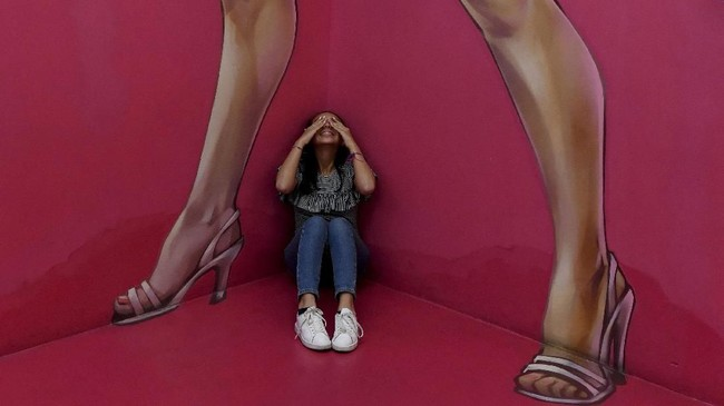 Museum of Illusions alias Museum Ilusi bisa dikunjungi pencinta seni maupun mereka yang senang berpose di depan gambar tiga dimensi lalu mengunggahnya ke media sosial. (AFP PHOTO / Mark RALSTON)
