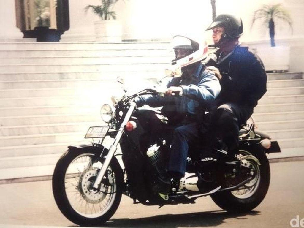 Habibie mengaku dirinya dipercaya Soeharto untuk memboncengnya naik motor keliling Istana. Saya bonceng Pak Harto. Itu Pak Harto tidak mau dibonceng siapa pun karena beliau tidak percaya. Itu sebenarnya menggarisbawahi kalau Pak Harto itu yakin (pada saya). (Dibonceng) Yang lain nggak mau dia. Karena ini interpretasi kepercayaan, ceritanya beberapa waktu lalu. Foto: Fida/Detikcom