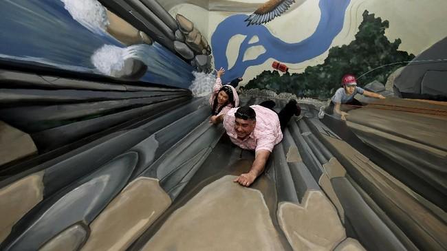 Ada pula gambar tebing maupun jurang, di mana pengunjung bisa seolah nyaris terjatuh. (AFP PHOTO / Mark Ralston)