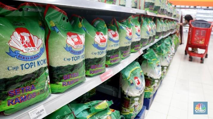 Pengunjung memilih beras di Supermarket, Jakarta, Kamis (29/3). Jelang bulan Puasa, Kementerian Perdagangan berencana mengeluarkan Peraturan Menteri Perdagangan baru mengenai daftar merek beras guna menstabilkan harga beras. (CNBC Indonesia/Muhammad Sabki )