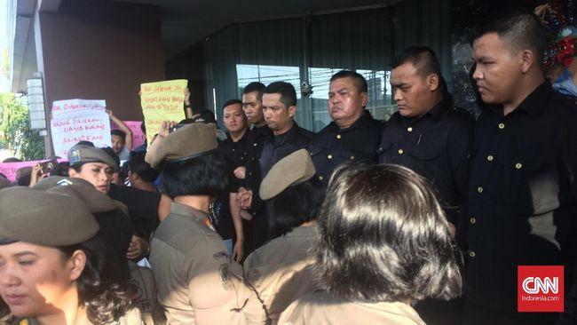Penutupan Alexis Ricuh, Satpol PP Disambut Demo